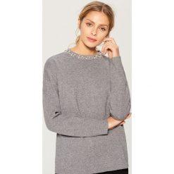 Sweter z syntetycznymi perłami - Szary. Szare swetry damskie Mohito, z syntetyku. Za 119.99 zł.
