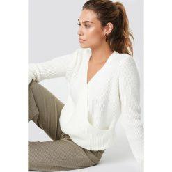 Trendyol Kopertowy sweter - White. Białe swetry damskie Trendyol, z dzianiny, z kopertowym dekoltem. Za 100.95 zł.
