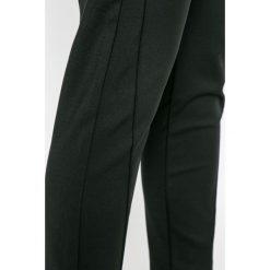 Vero Moda - Spodnie Victoria. Szare spodnie materiałowe damskie Vero Moda, z haftami, z bawełny. W wyprzedaży za 99.90 zł.