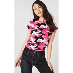 NA-KD T-shirt moro z surowym wykończeniem - Pink,Multicolor. Różowe t-shirty damskie NA-KD, moro, z bawełny, z okrągłym kołnierzem. W wyprzedaży za 24.29 zł.