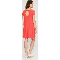 Answear - Sukienka. Pomarańczowe sukienki damskie ANSWEAR, z dzianiny, casualowe, z okrągłym kołnierzem, z krótkim rękawem. W wyprzedaży za 54.90 zł.