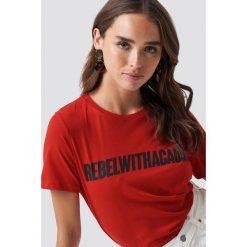 NA-KD Trend T-shirt Rebel - Red. Czerwone t-shirty damskie NA-KD Trend, z nadrukiem, z jersey, z okrągłym kołnierzem. Za 72.95 zł.