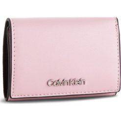 Mały Portfel Damski CALVIN KLEIN - Small Wallet K60K604859 639. Czerwone portfele damskie Calvin Klein, ze skóry ekologicznej. Za 229.00 zł.