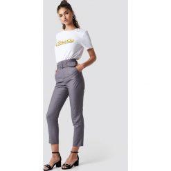 NA-KD Classic Spodnie z wysokim stanem i paskiem - Grey. Szare spodnie materiałowe damskie NA-KD Classic, z haftami. Za 161.95 zł.
