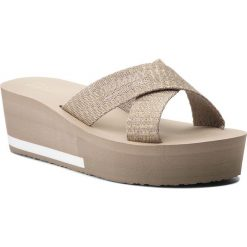 Klapki TOMMY JEANS - Sporty Mid Beach Sandal EN0EN00068 Light Gold 708. Szare klapki damskie Tommy Jeans, z jeansu. W wyprzedaży za 149.00 zł.