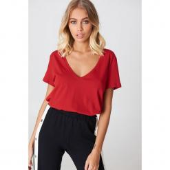 NA-KD Basic T-shirt z dekoltem V - Red. Czerwone t-shirty damskie NA-KD Basic, z bawełny. Za 52.95 zł.