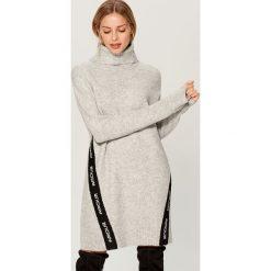 Swetrowa sukienka z kontrastowymi wstawkami - Jasny szar. Szare sukienki damskie Mohito, z kontrastowym kołnierzykiem. Za 129.99 zł.