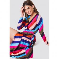 Trendyol Sukienka w paski z wiązaniem - Multicolor. Różowe sukienki damskie Trendyol, w paski, z elastanu. Za 161.95 zł.