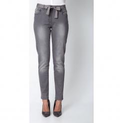 Szare spodnie z ozdobnym paskiem QUIOSQUE. Szare spodnie materiałowe damskie QUIOSQUE, w paski, z bawełny. W wyprzedaży za 99.99 zł.