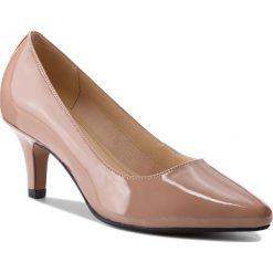 Półbuty CLARKS - Isidora Faye 261309334 Nude Patent. Brązowe półbuty damskie Clarks, z lakierowanej skóry. W wyprzedaży za 199.00 zł.