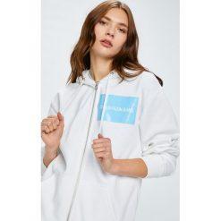 Calvin Klein Jeans - Bluza Institutional Box Logo. Szare bluzy damskie Calvin Klein Jeans, z aplikacjami, z bawełny. W wyprzedaży za 399.90 zł.