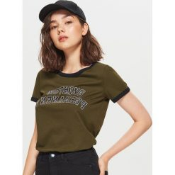 Koszulka w stylu lat 90-tych - Khaki. Brązowe t-shirty damskie Cropp. Za 29.99 zł.