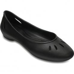 """Baleriny """"Kelli Flat"""" w kolorze czarnym. Czarne baleriny damskie Crocs. W wyprzedaży za 64.95 zł."""