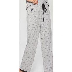 Spodnie piżamowe z nadrukiem Mickey Mouse Special Collection - Szary. Piżamy damskie marki bonprix. W wyprzedaży za 29.99 zł.