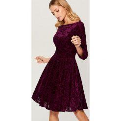 Rozkloszowana sukienka z tkaniny devore - Bordowy. Czerwone sukienki damskie Mohito, z tkaniny. Za 149.99 zł.