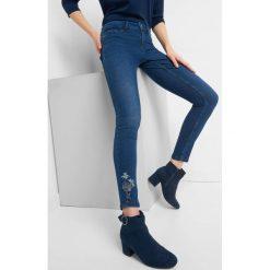 Jeansy z haftem. Niebieskie jeansy damskie Orsay. Za 89.99 zł.