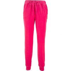 Spodnie dresowe z dzianiny welurowej nicki bonprix różowy hibiskus. Spodnie dresowe damskie marki bonprix. Za 59.99 zł.