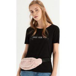 T-shirt z brokatową aplikacją - Czarny. Czarne t-shirty damskie Sinsay, z aplikacjami. Za 19.99 zł.