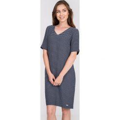 Granatowa prosta sukienka w paski QUIOSQUE. Szare sukienki damskie QUIOSQUE, na lato, w paski, z wiskozy, sportowe, z dekoltem w serek, z krótkim rękawem. W wyprzedaży za 119.99 zł.