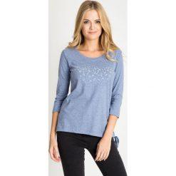 Melanżowa niebieska bluzka z wiązaniem u dołu QUIOSQUE. Niebieskie bluzki damskie QUIOSQUE, z jeansu. W wyprzedaży za 39.99 zł.