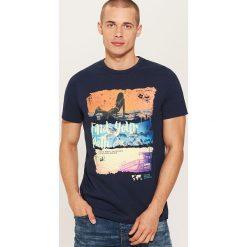 T-shirt z nadrukiem - Granatowy. Niebieskie t-shirty męskie House, z nadrukiem. W wyprzedaży za 19.99 zł.
