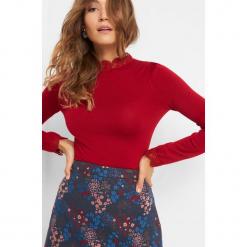 Sweter z koronkową stójką. Czerwone swetry damskie Orsay, z dzianiny, ze stójką. Za 79.99 zł.
