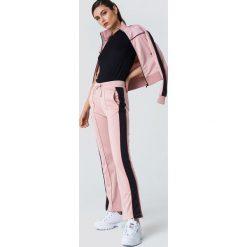 NA-KD Spodnie sportowe z rozcięciem - Pink. Różowe spodnie sportowe damskie NA-KD, w paski, z poliesteru. Za 161.95 zł.
