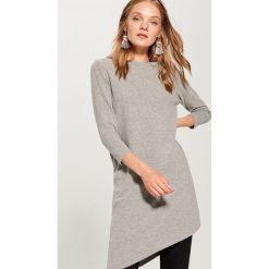 Sweter z asymetrycznym dołem - Jasny szar. Szare swetry damskie Mohito, z asymetrycznym kołnierzem. W wyprzedaży za 59.99 zł.