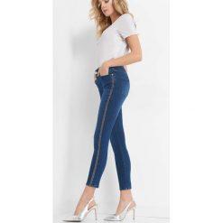 Jeansy z brokatowymi lampasami. Niebieskie jeansy damskie Orsay. Za 99.99 zł.