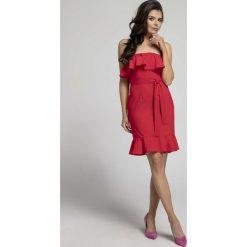 Czerwona Koktajlowa Sukienka Typu Hiszpanka z Paskiem. Czerwone sukienki damskie Molly.pl, eleganckie, z dekoltem typu hiszpanka. W wyprzedaży za 92.91 zł.