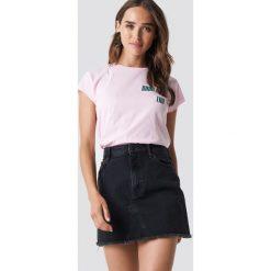 NA-KD Trend T-shirt z surowym wykończeniem Good Try - Pink. Różowe t-shirty damskie NA-KD Trend, z jersey, z klasycznym kołnierzykiem. Za 72.95 zł.