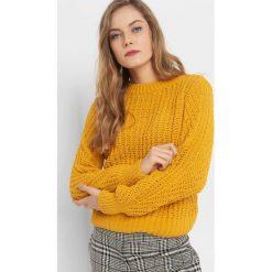Sweter z widocznym splotem. Żółte swetry damskie Orsay, z dzianiny. Za 99.99 zł.