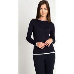 Granatowy sweter z kontrastową lamówką QUIOSQUE. Niebieskie swetry damskie QUIOSQUE, z dzianiny, z kontrastowym kołnierzykiem. W wyprzedaży za 69.99 zł.