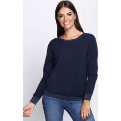 Granatowy Sweter Respectful. Niebieskie swetry damskie Born2be, z satyny, z dekoltem na plecach. Za 64.99 zł.