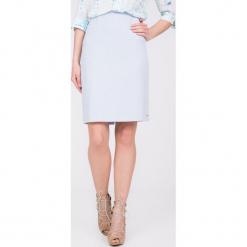 Błękitna spódnica z przeszyciami po bokach QUIOSQUE. Niebieskie spódnice damskie QUIOSQUE, z satyny, biznesowe. W wyprzedaży za 79.99 zł.