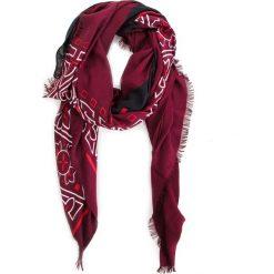 Chusta CALVIN KLEIN - Bandama Scarf K60K604909 242. Czerwone szaliki i chusty damskie Calvin Klein, z materiału. Za 229.00 zł.