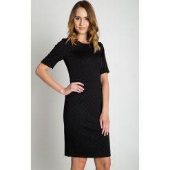 Żakardowa czarna sukienka z podszewką i krótkim rękawem BIALCON. Czarne sukienki damskie BIALCON, z żakardem, biznesowe, z krótkim rękawem. W wyprzedaży za 169.00 zł.