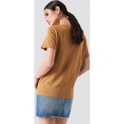 NA-KD Basic T-shirt z dekoltem V - Brown. Brązowe t-shirty damskie NA-KD Basic. W wyprzedaży za 24.57 zł.