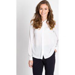 Biała bluzka z plisą QUIOSQUE. Białe bluzki damskie QUIOSQUE, z jeansu, biznesowe, z koszulowym kołnierzykiem, z długim rękawem. W wyprzedaży za 59.99 zł.