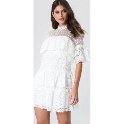Trendyol Sukienka mini z koronką - White. Białe sukienki damskie Trendyol, w koronkowe wzory, z koronki. W wyprzedaży za 145.77 zł.