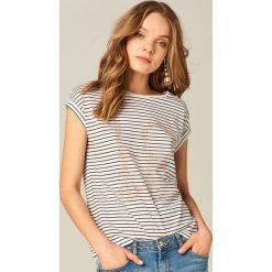 Koszulka z aplikacją - Kremowy. Białe t-shirty damskie Mohito, z aplikacjami. Za 69.99 zł.