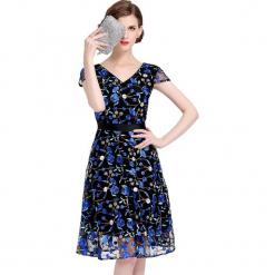 Sukienka w kolorze czarno-niebieskim. Czarne sukienki damskie Ostatnie sztuki w niskich cenach, z dekoltem na plecach. W wyprzedaży za 179.95 zł.
