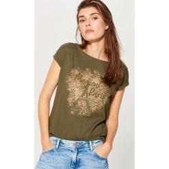 Bawełniana koszulka z nadrukiem - Khaki. Brązowe bluzki damskie Mohito, z nadrukiem, z bawełny. Za 39.99 zł.