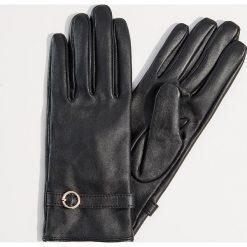 Skórzane rękawiczki z ozdobnym paskiem - Czarny. Czarne rękawiczki damskie Mohito. Za 89.99 zł.