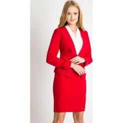 Czerwony żakiet z zapięciem QUIOSQUE. Czerwone żakiety damskie QUIOSQUE, w kropki, z tkaniny, biznesowe. W wyprzedaży za 79.99 zł.