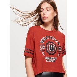 Krótka koszulka z napisem - Brązowy. Brązowe t-shirty damskie Cropp, z napisami. W wyprzedaży za 14.99 zł.