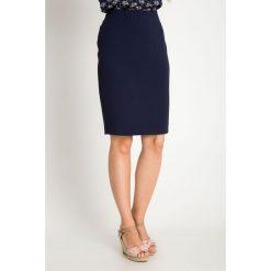 Klasyczna ołówkowa granatowa spódnica QUIOSQUE. Szare spódnice damskie QUIOSQUE, w geometryczne wzory, z tkaniny, biznesowe. W wyprzedaży za 99.99 zł.