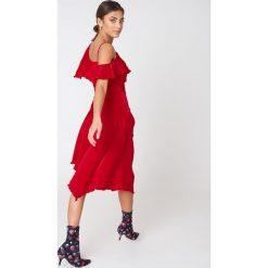 NA-KD Party Asymetryczna sukienka kopertowa z falbaną - Red. Sukienki damskie NA-KD Trend, z asymetrycznym kołnierzem. Za 80.95 zł.