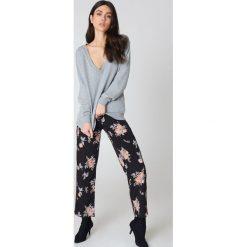 NA-KD Basic Bluza basic z dekoltem V - Grey. Szare bluzy damskie NA-KD Basic, z bawełny. Za 60.95 zł.