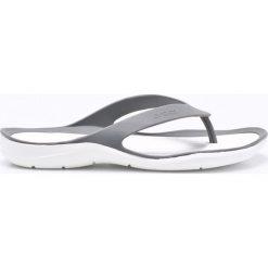 Crocs - Japonki. Szare klapki damskie Crocs, z gumy. W wyprzedaży za 99.90 zł.